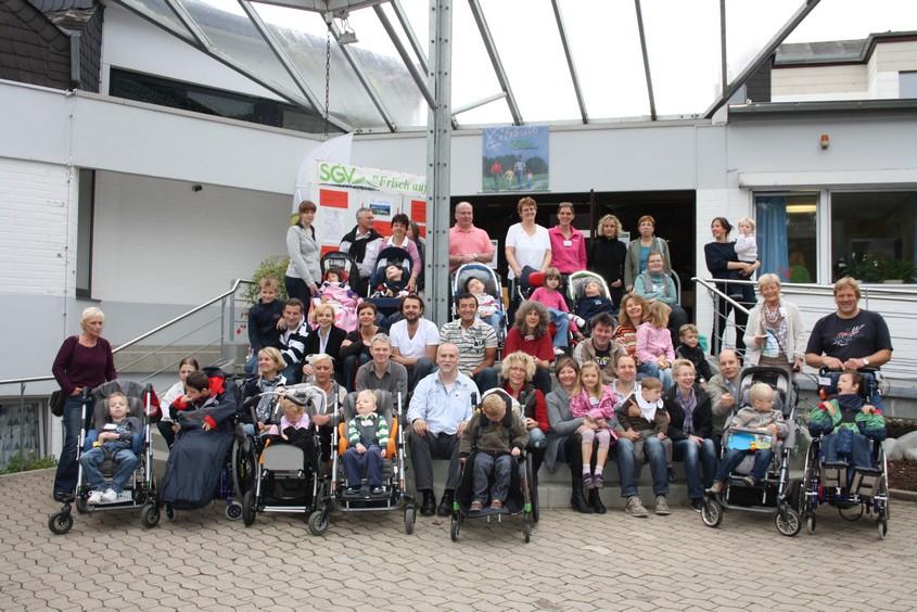 Gruppenbild der Eltern mit ihren Kindern und Helfern vom Elterntreffen in Möhnesee